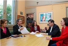 Firma del convenio en la sede de la Facultad.